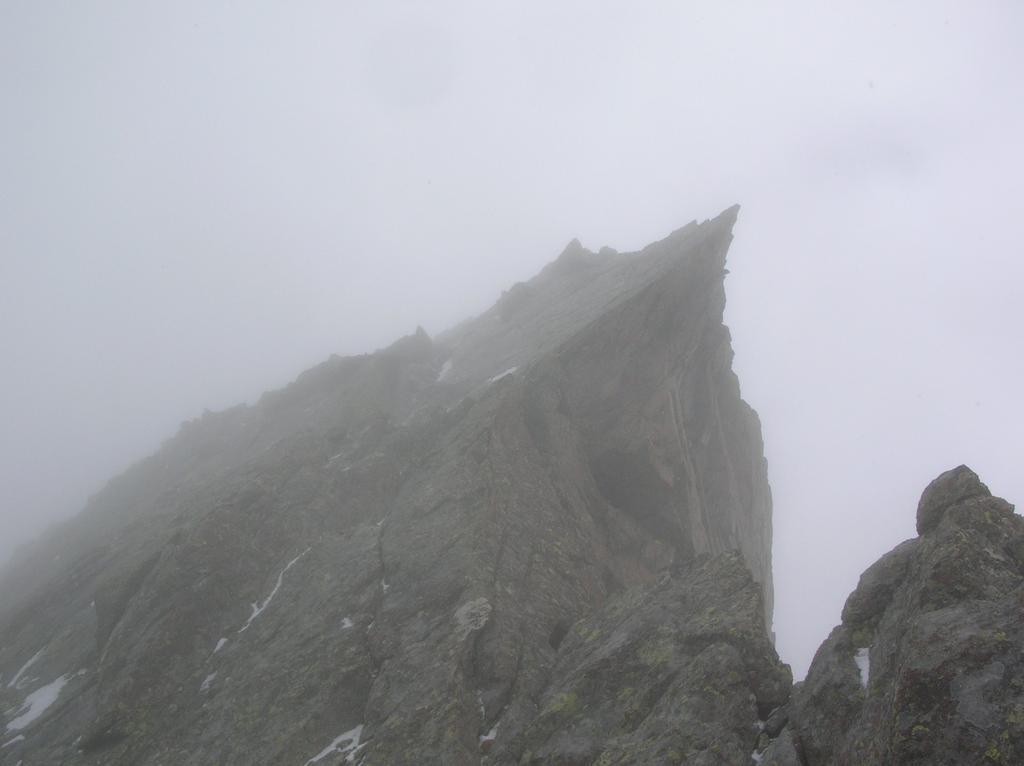 Nella nebbia, l' ardita sommità del Mont Ours.