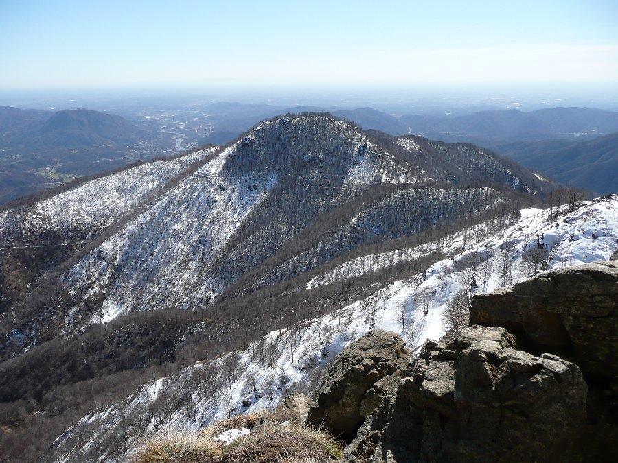 Al centro il Monte Tovo e la cresta per salire al Luvot.