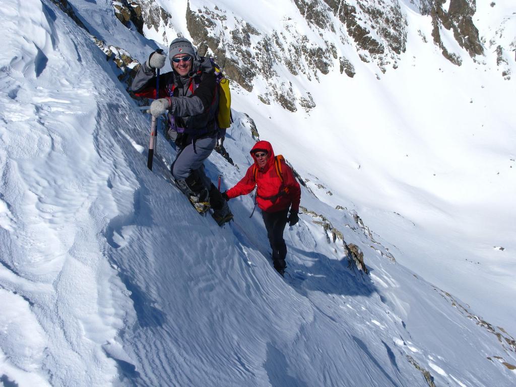 salendo il ripido pendio nevoso del versante NE della Cima della Montagnetta (16-3-2008)
