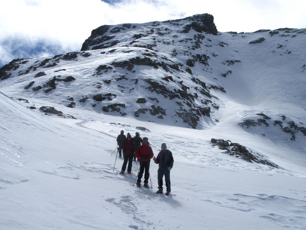 in discesa verso l'altipiano della Rocca Rossa con la Cima della Montagnetta sullo sfondo (16-3-2008)