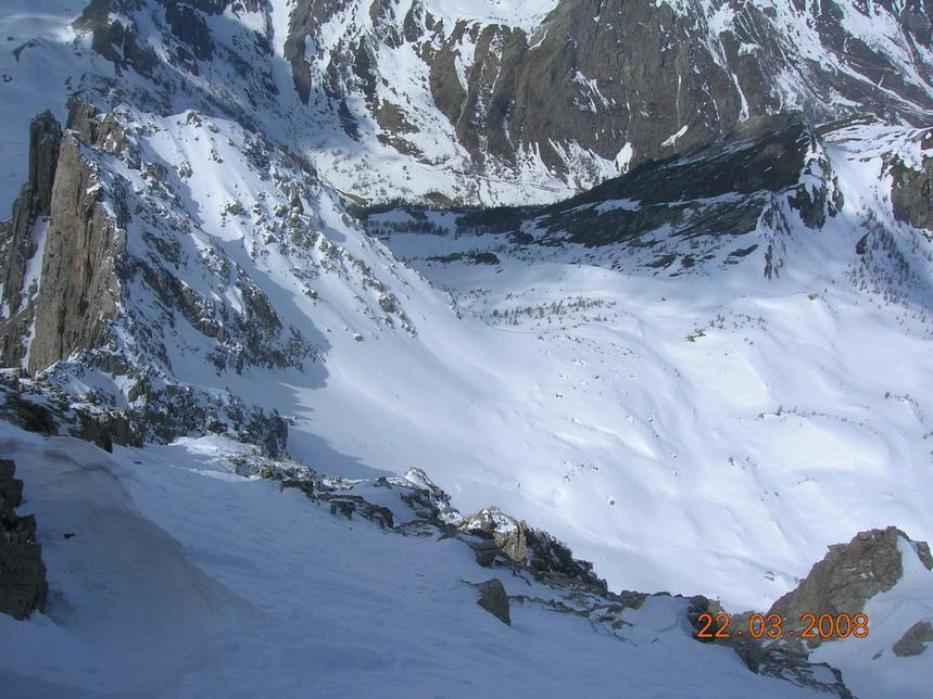 lingua di neve sospesa su salto di roccia verticale