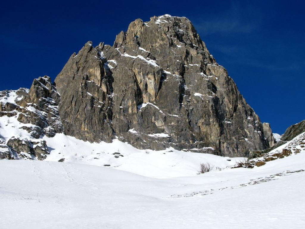 la Rocca Parvo m. 2394 osservato dalle Baite Parvo (25-3-2008)