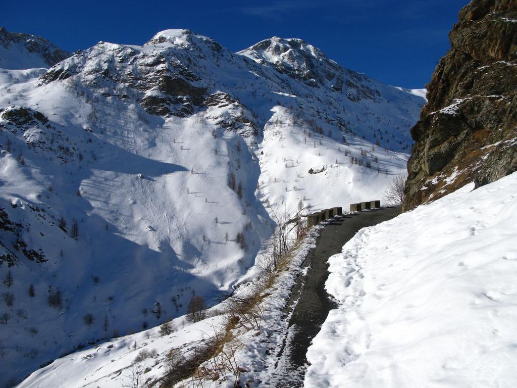 salendo lungo la stradina che porta verso il Colle Fauniera (25-3-2008)