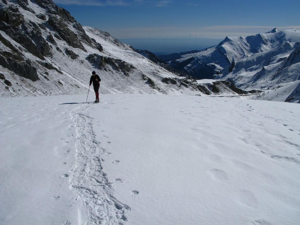 Davide sale lungo il Vallone Fauniera, nel pianoro di quota m. 2100 (25-3-2008)