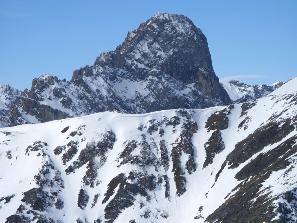 panorami osservati dalla cima del Monte Pelvo : Rocca la Meja m. 2831 (vista ravvicinata) (25-3-2008)