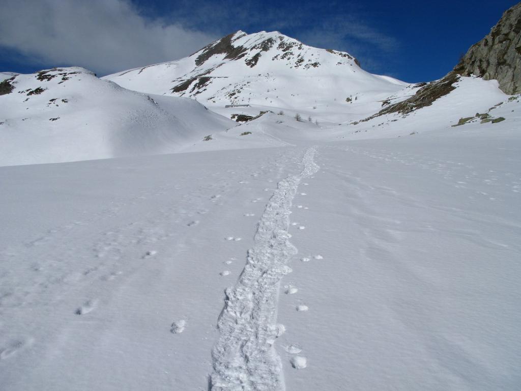 salendo verso il Rifugio Trofarello, con le Rocce Ciarmetta sullo sfondo (25-3-2008)