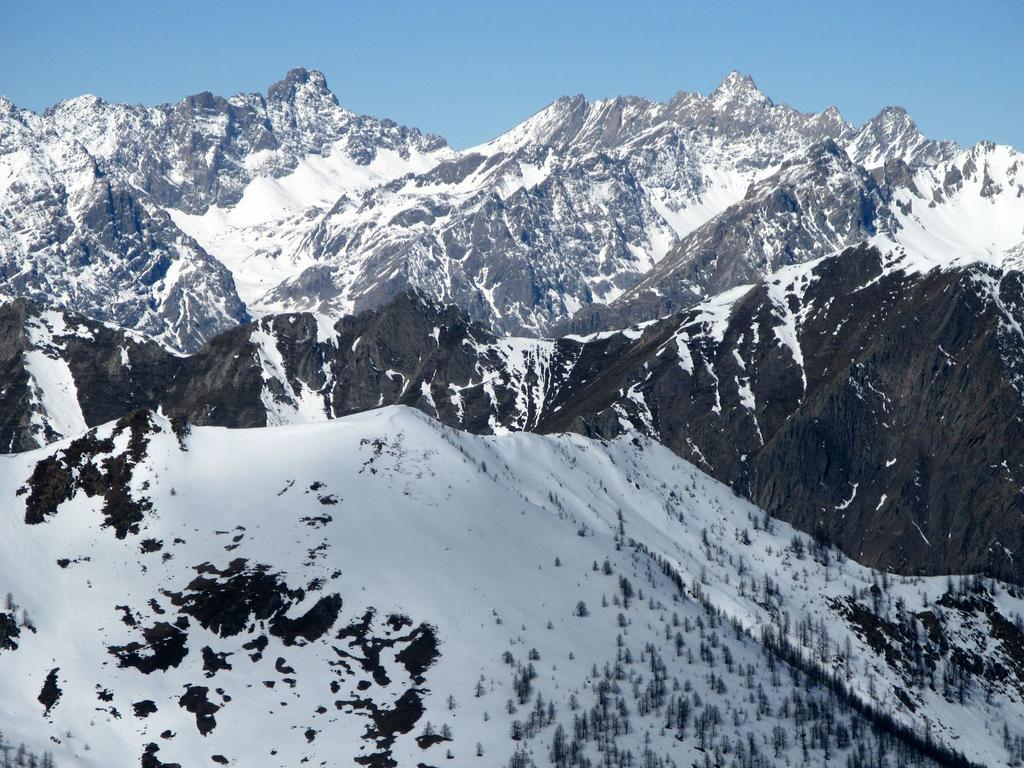 panorami osservati dalla cima del Monte Pelvo : Brec de Chambeyron m. 3389 (a sinistra) Aiguille de Chambeyron m. 3412 (a destra) (25-3-2008)