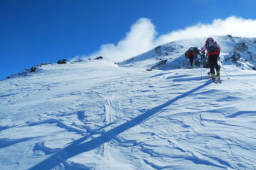 Il costone con neve ventata   I   La crête avec  de la neige soufflée   I   The ridge with snow drifts   I   Der Grat mit windverwehtem Schnee   I   La gran ladera con nieve venteada