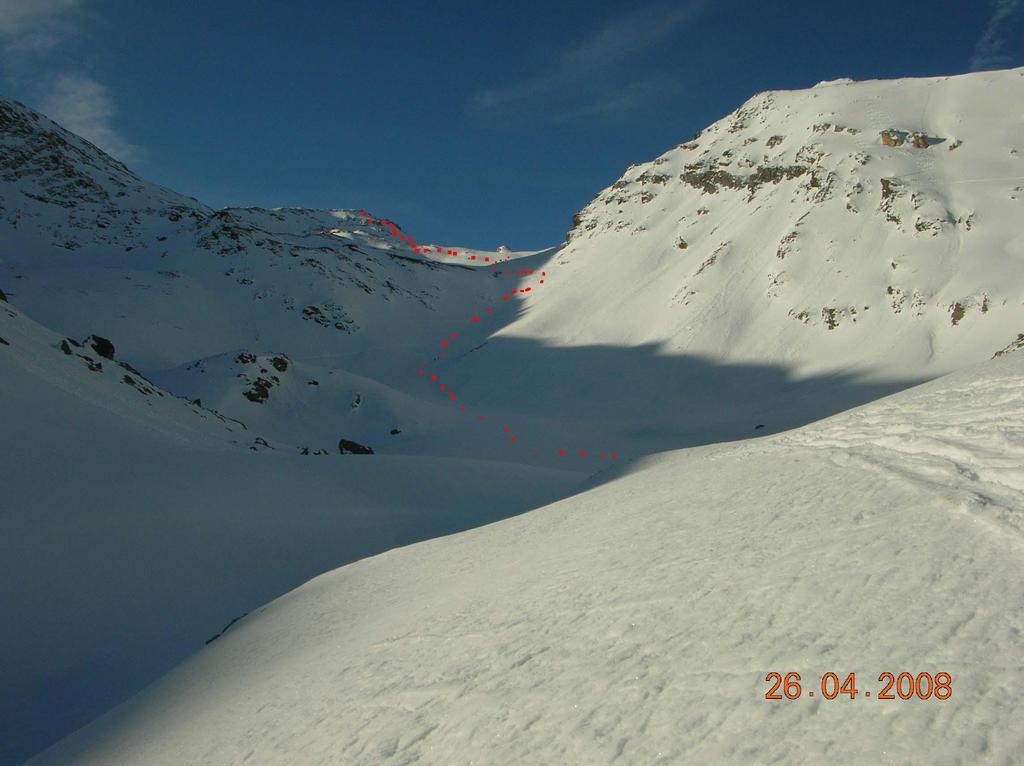 Il vallone con il pendio che adduce ai pianori di q. 2800m e la vetta sullo sfondo