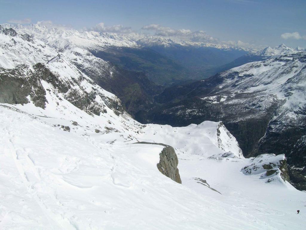 Discesa verso Planavl con Aosta  in lontananza