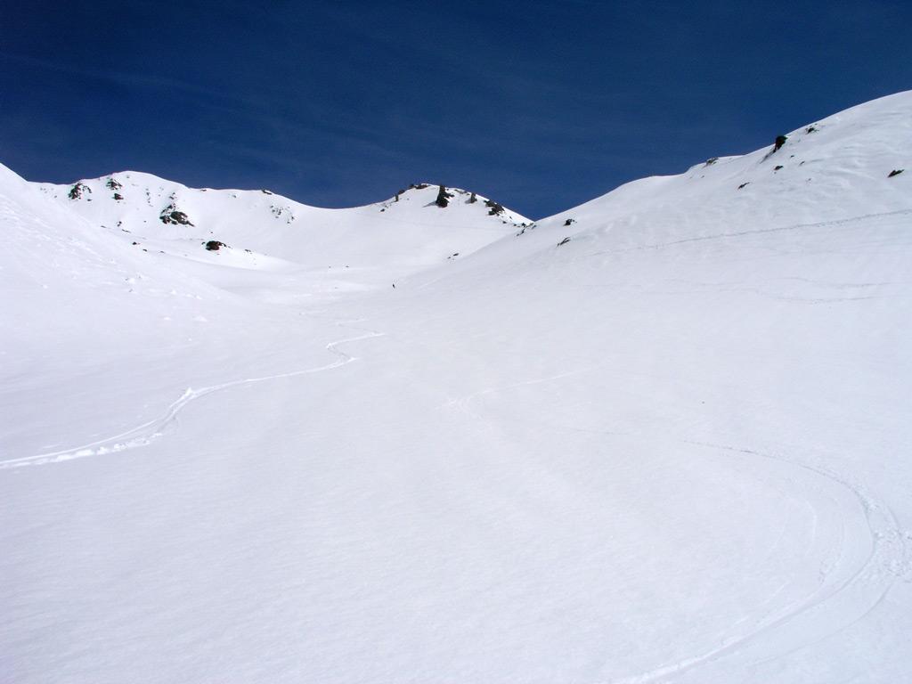 Il vallone di salita con la cima sulla sinistra.