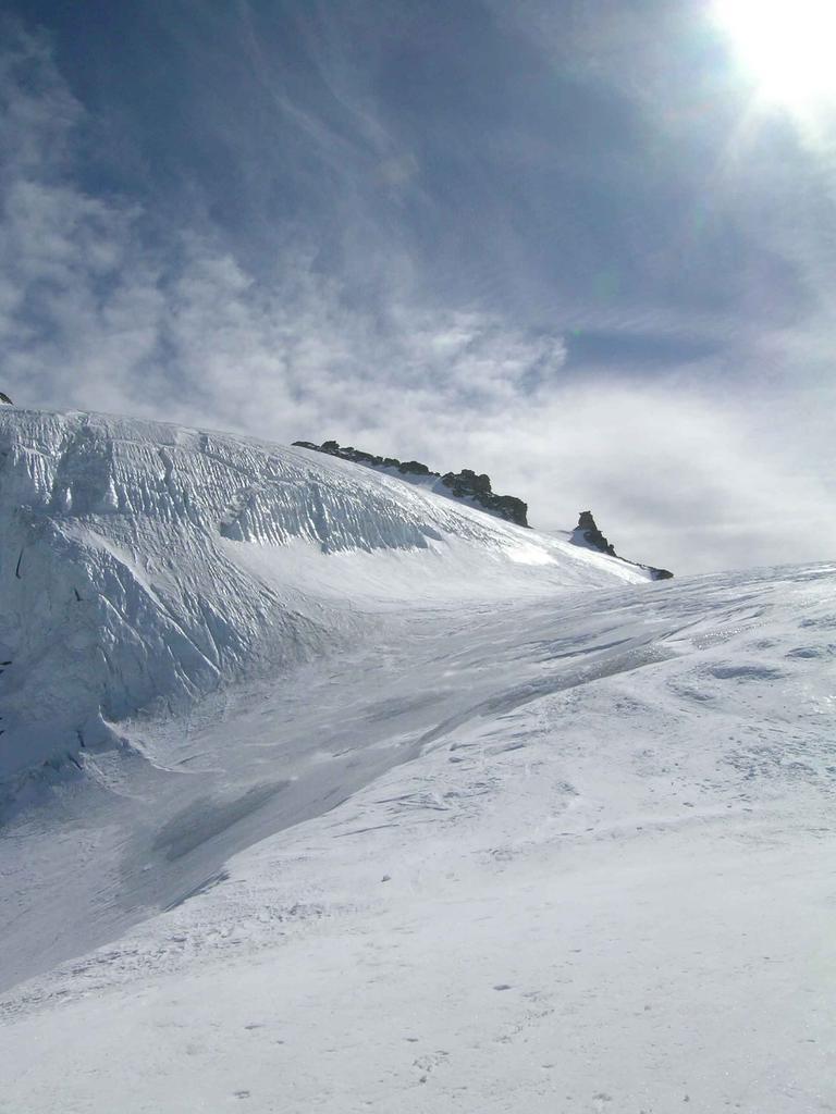 Schiena d'asino  a ghiaccio sotto la  cima