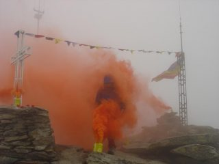 un uomo nella nebbia