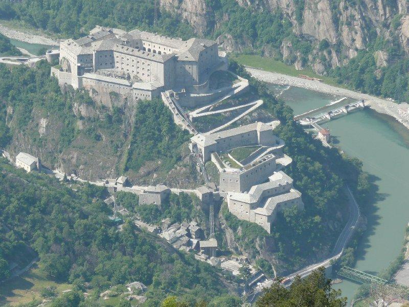 Dalla cima il forte di Bard.
