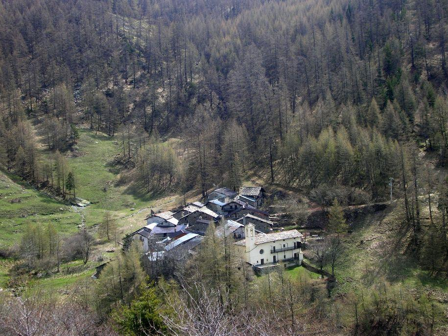 La borgata Puy vista dal sentiero per il Pequerel