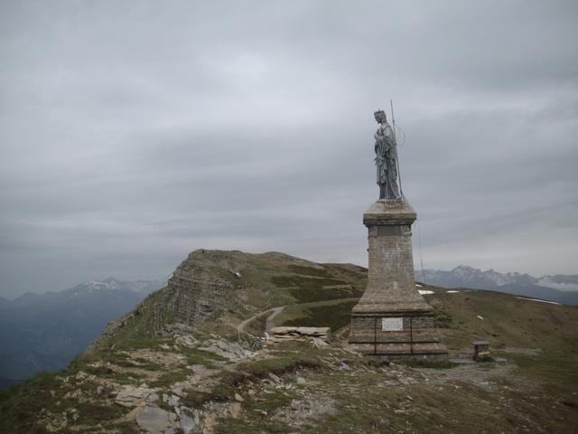 la statua del Redentore sembra vigilare sul Saccarello