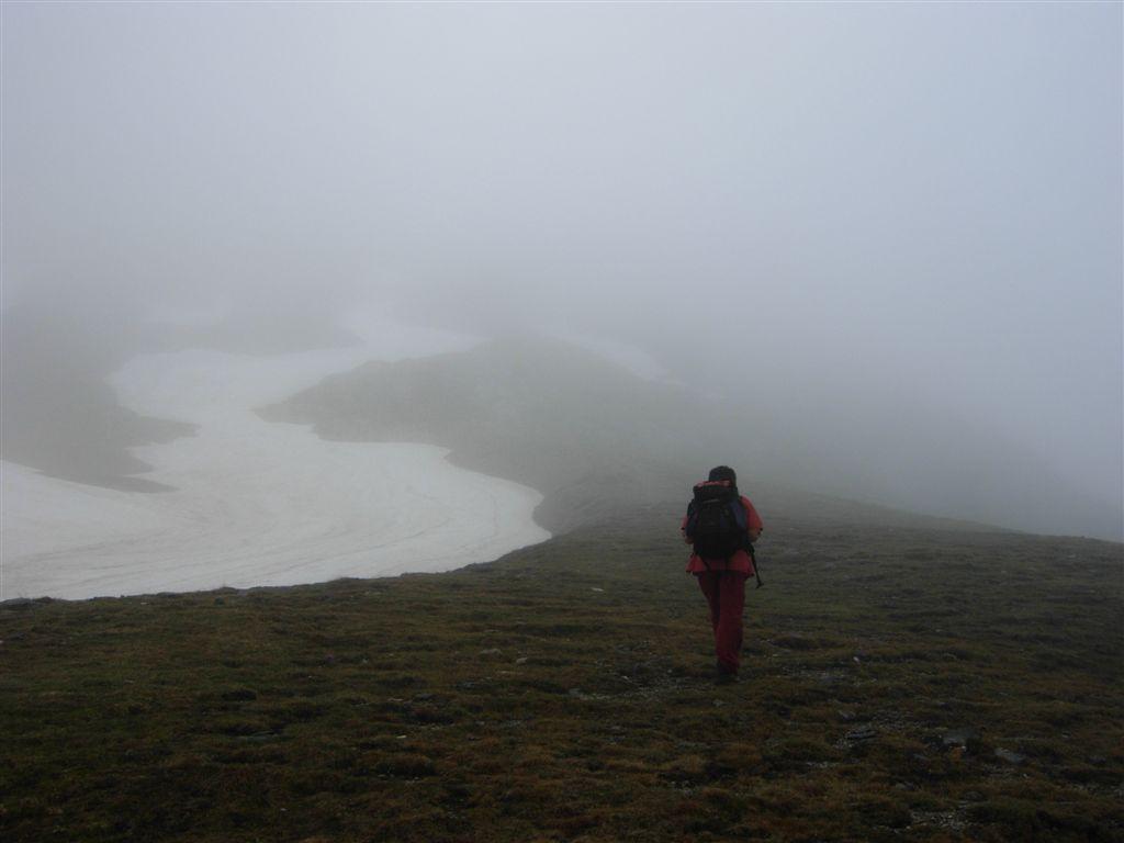 Salendo al Mongioie nella nebbia