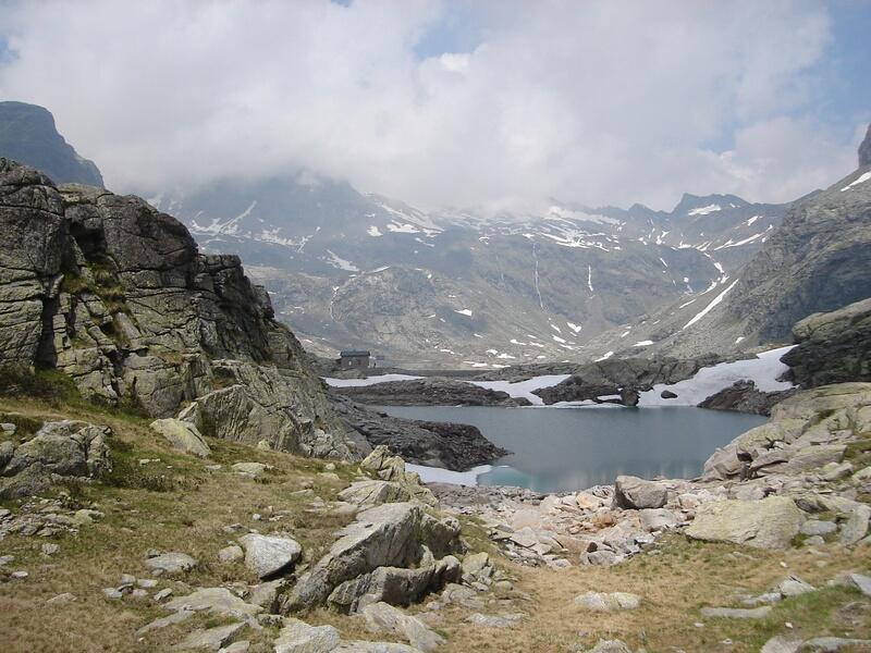 Il rifugio visto dalla sponda orientale del lago