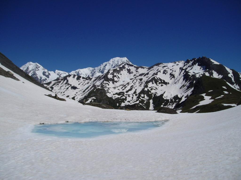 Il M. Bianco si specchia nel laghetto appena superato il colle