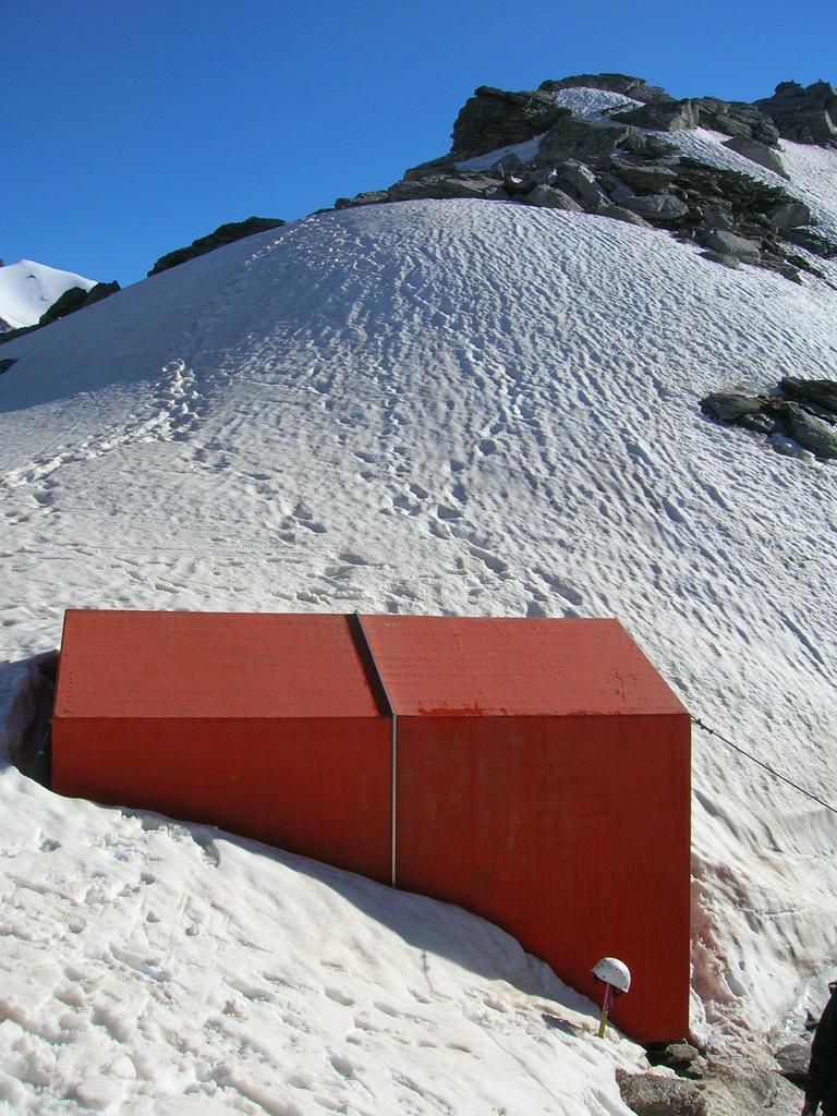 bivacco semi-sommerso dalla neve