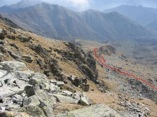 Vista dalla Punta Manda Ovest, il tratto iniziale del tracciato iniziale del traverso che conduce nel vallone della Perra