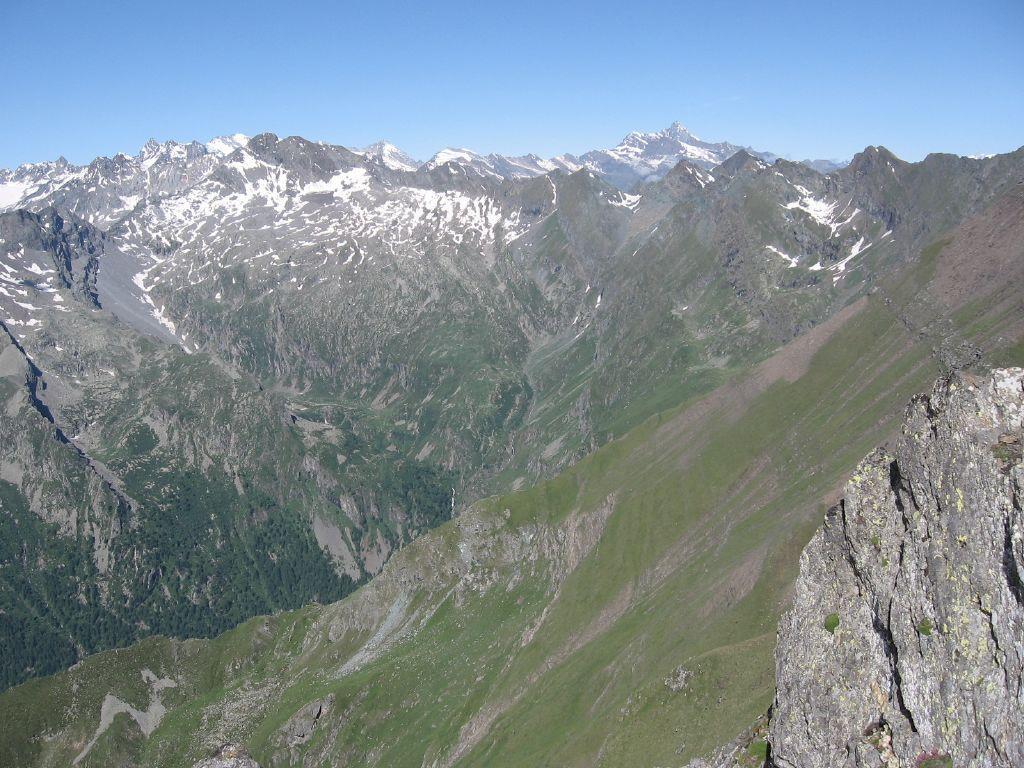 Dalla vetta, panorama sulla testata della valle di Campiglia e gruppo Gran Paradiso