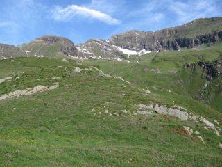 Vista dalla dorsale sopra le grangi del Becco: a sinistra la Punta della Balma, al centro il Monte Rosa dei Banchi