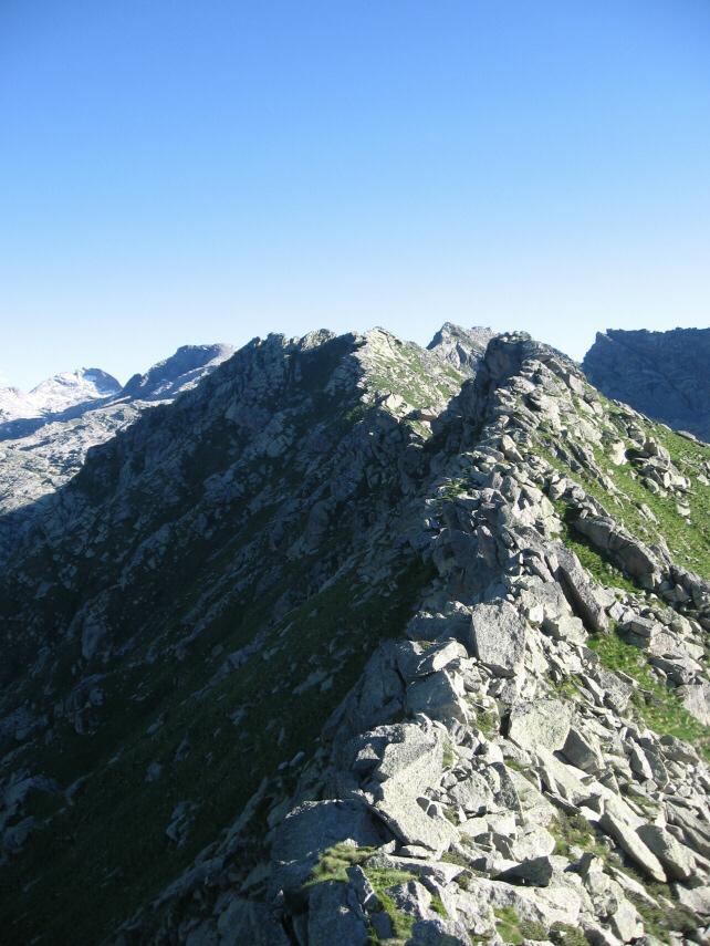La cresta rocciosa fra le due punte della cima Testona