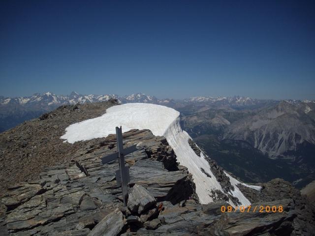 vetta e curioso muro di neve nei pressi