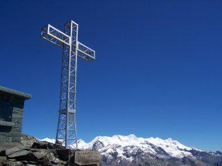 la croce di vetta e il rosa sullo sfondo