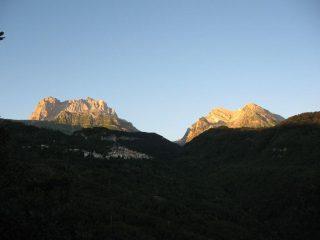 Salendo all'alba a Pietracamela: a sinistra i corni grande e piccolo, a destra il Pizzo d'Intermesoli