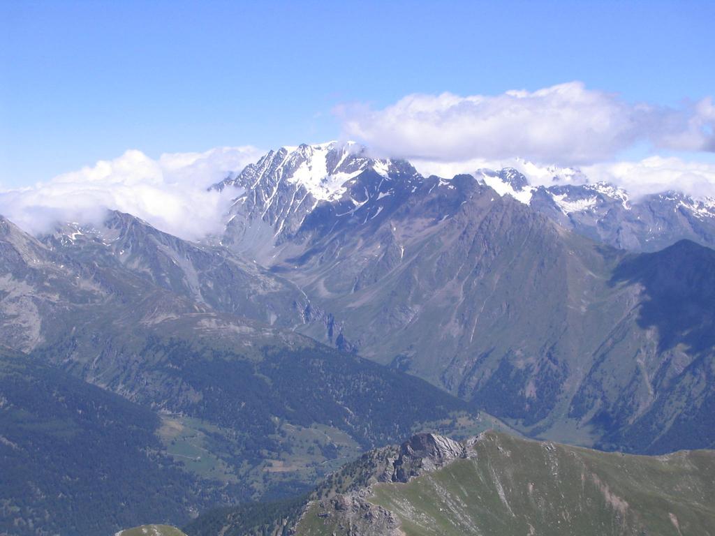 Il Mont Velan e, sulla destra, velato, il Gran Combin dalla vetta