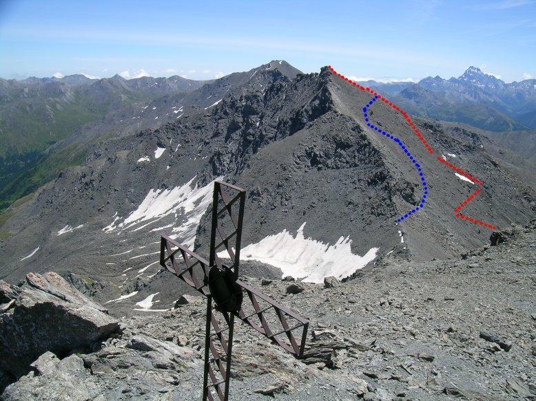 Punta Serpentiera dalla Cima del Pelvo; in rosso la salita, in blu la discesa