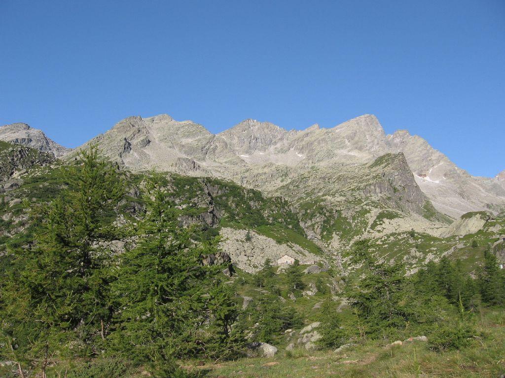 In alto a sinistra, il passo di Lago Gelato, a destra la Punta Gialin, salendo a Vasinetto
