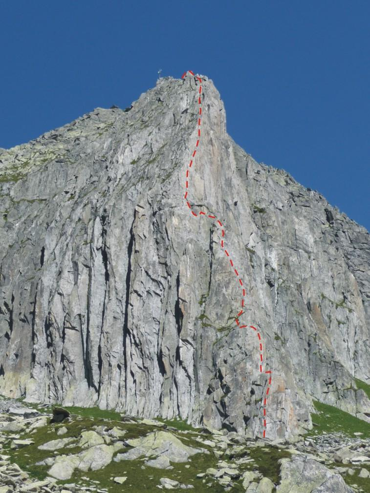 la parete con il tracciato della via di salita