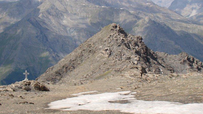 la croce di vetta e la cima secondaria