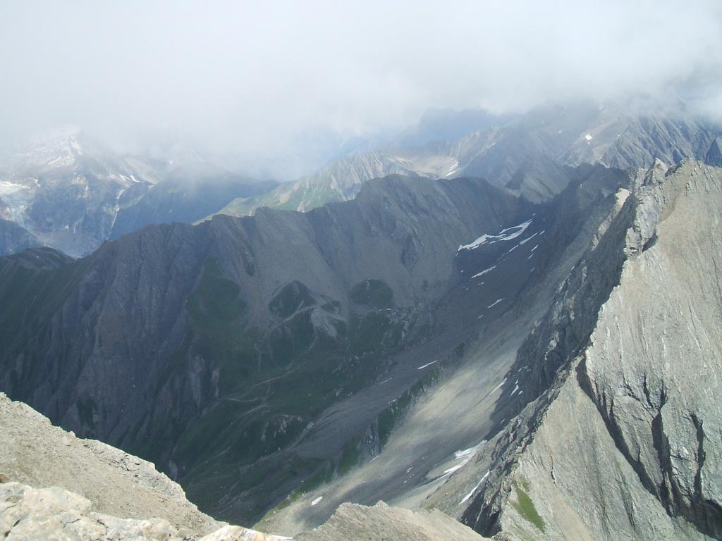Visti dalla vetta: il Col di Bonalex (in basso), l'alto vallone e il Colle di Malatra