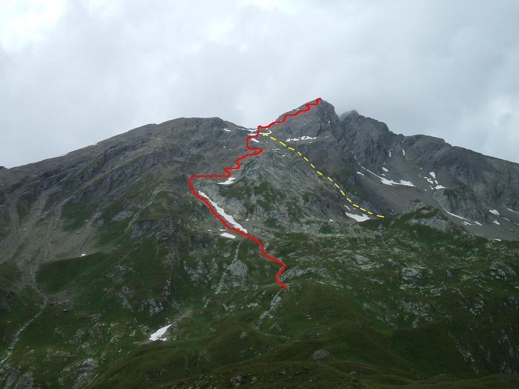"""Le vie di salita: la """"normale"""" (linea rossa), e quella per il canalone che scende dal colle (linea gialla)."""