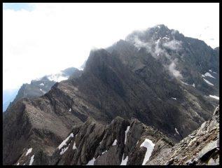 La cresta percorsa, sullo sfondo il passo di Coca, il Dente di Coca e le cime d'Arigna.