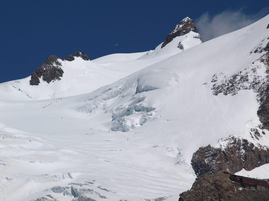 Le cordate che risalgono il ghiacciaio del Lys