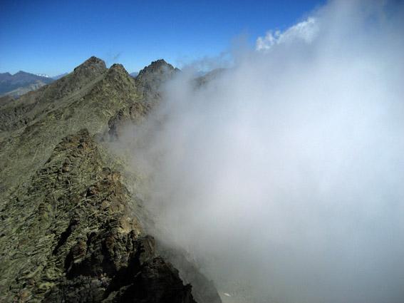 La nebbia si contende la cresta fino al Granero