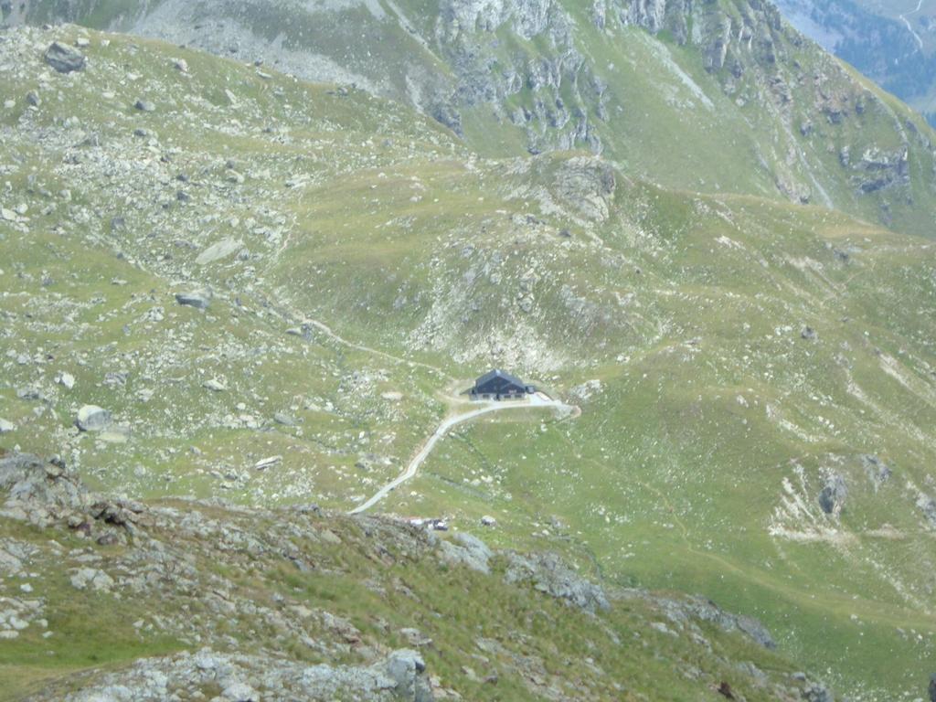 Il Rifugio Grand Tournalin dal sentiero di salita al Colle