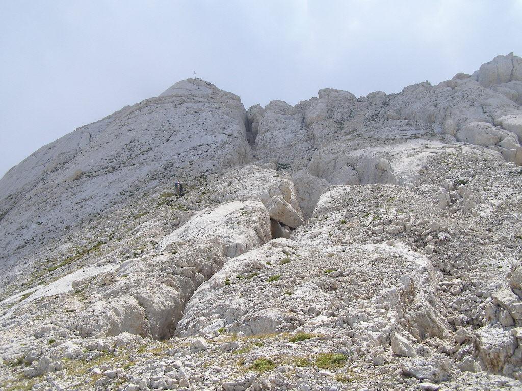 Discesa lungo la via normale, ben evidente la spaccatura molto profonda delle rocce
