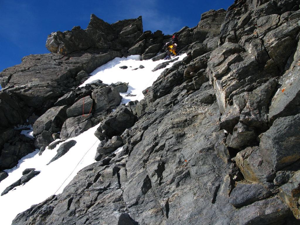 salendo nel tratto iniziale della cresta Ovest, dopo aver superato in canalino iniziale