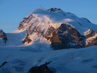 le prime luci del sole sulle Punte Nordend e Dufour del Monte Rosa
