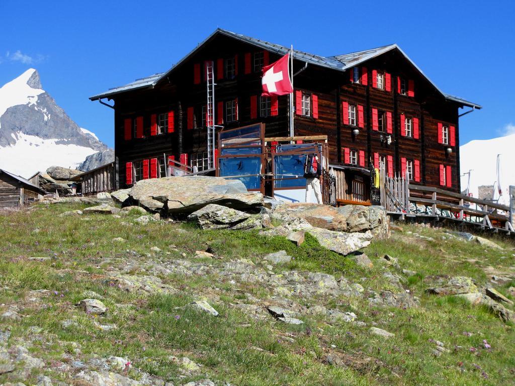 la Fluealp Hotel m. 2618, ottima base di partenza per le ascensioni al Rimpfischorn e allo Strahlhorn