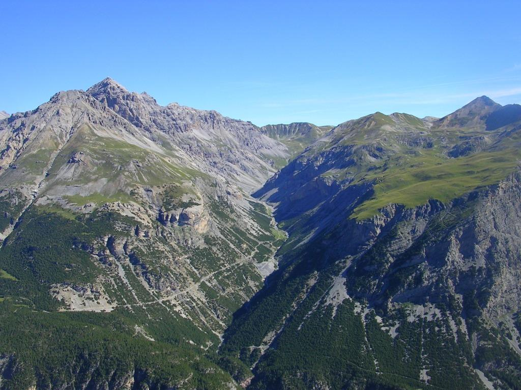 Sulla cima guardando la valle della Forcola
