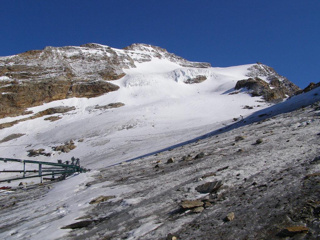 Il percorso di salita, a destra la Punta Giordani