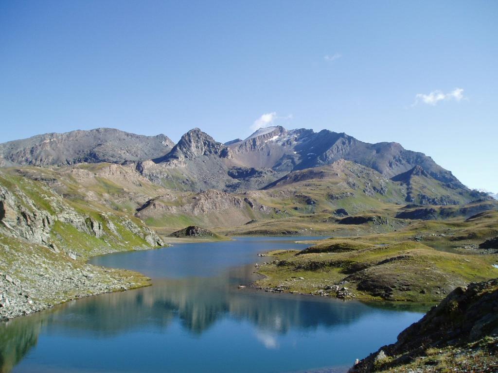 il teu blanc imbiancato dalla perturbazione nottura si specchia nel lago leytaz