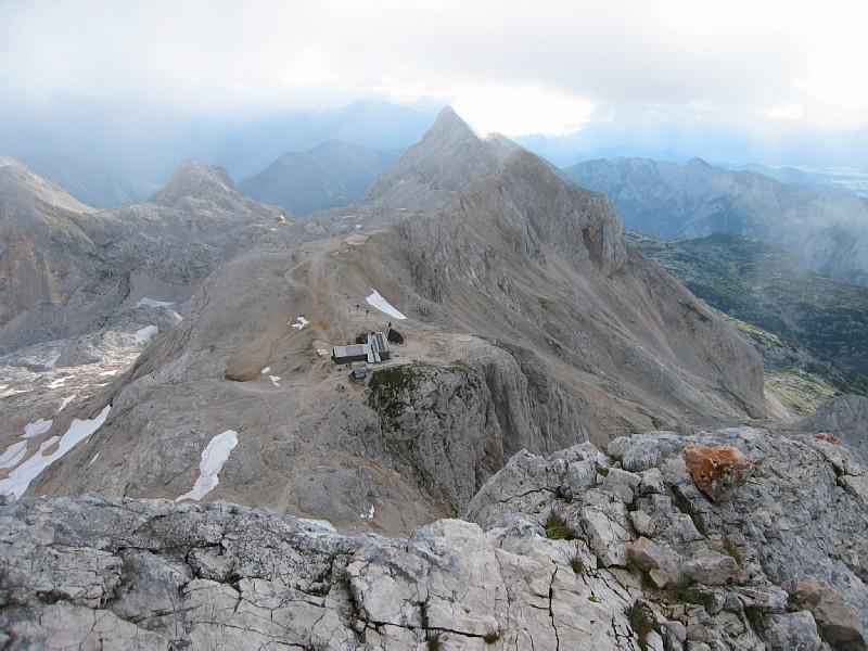 Il Triglavski Dom visto dalla cresta che conduce in cima. In secondo piano si nota anche l'altro rifugio.